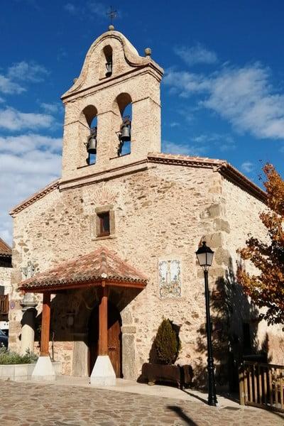 La iglesia de San Miguel Arcángel está en pleno centro del pueblo madrileño.