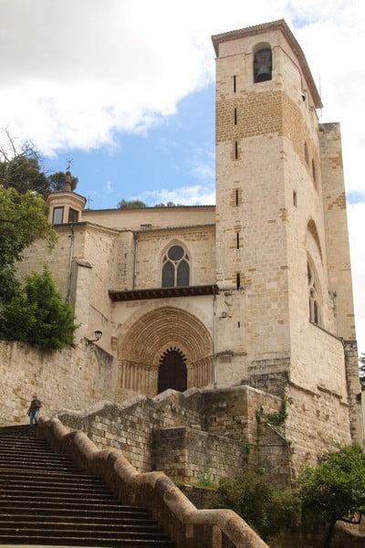 El pórtico del siglo XIII de la Iglesia de San Pedro de la Rúa es muy llamativo.