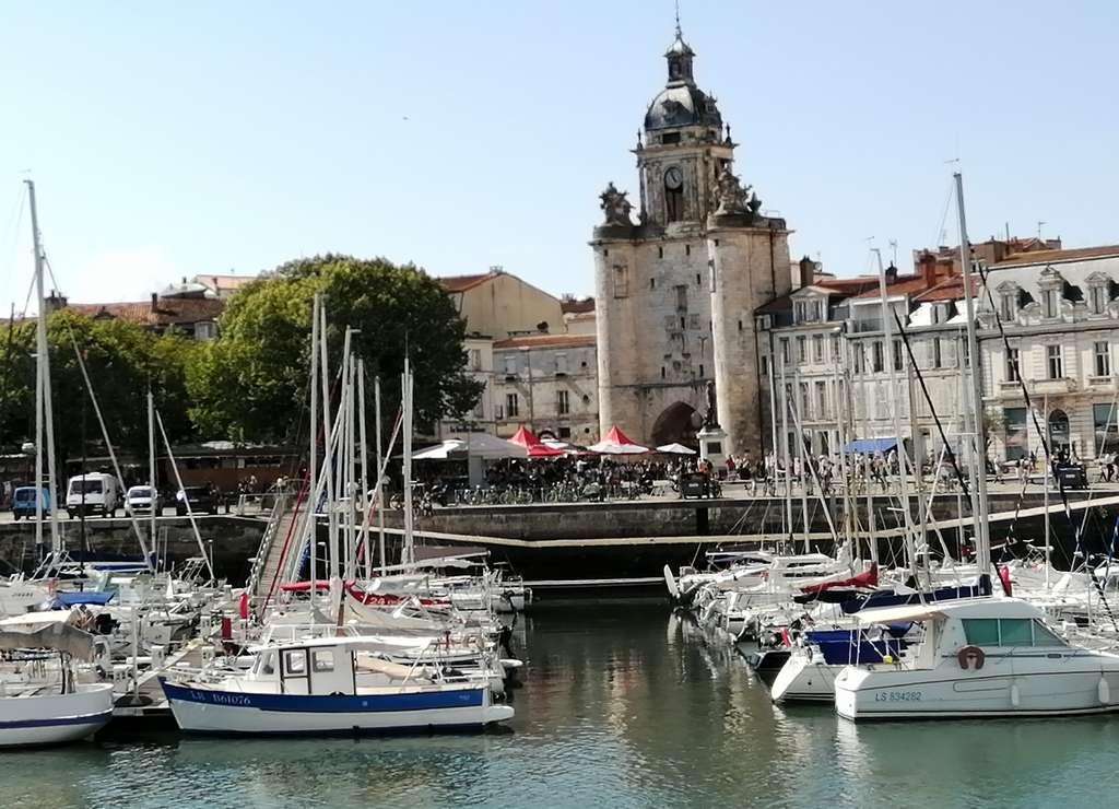 La Grosse Horloge y el puerto de La Rochelle.