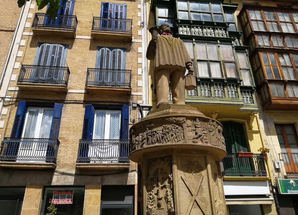 El Monumento al Auroro se encuentra en la Plaza de San Francisco de Asís.