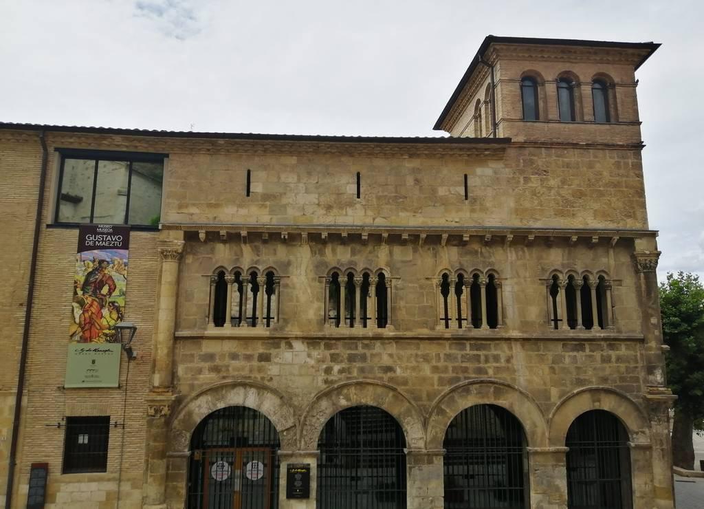 El Palacio de los Reyes de Navarra es el único ejemplo del románico civil en Navarra.