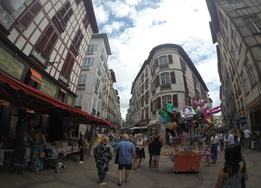 La Place des Cinq Cantons se encuentra en el cruce de cinco calles importantes.