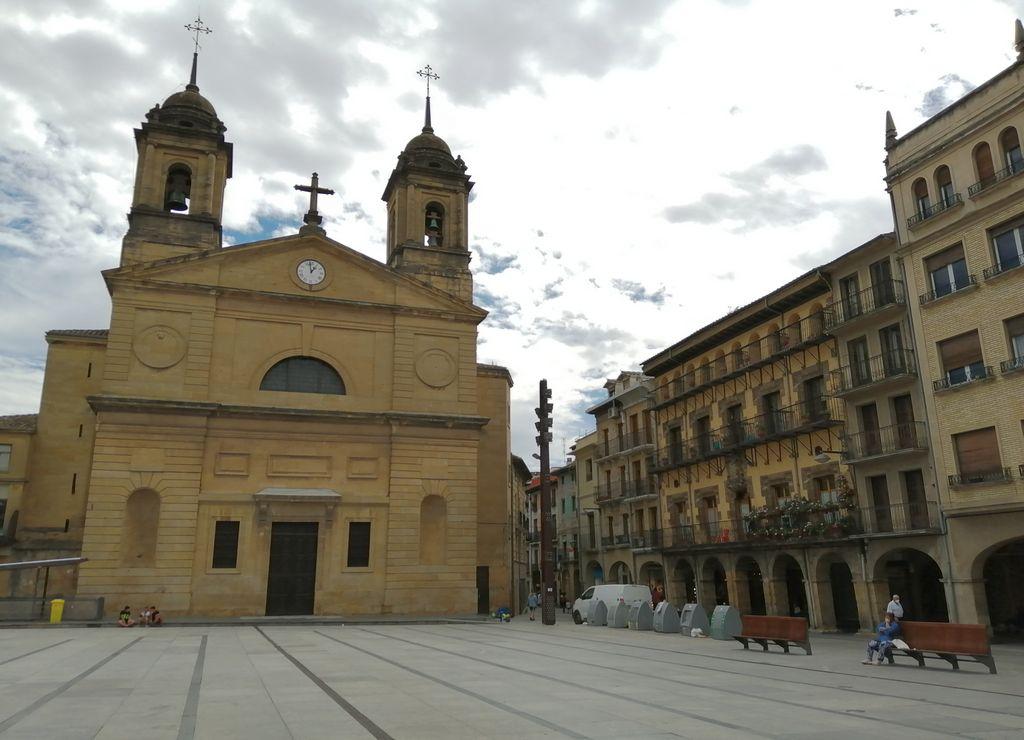La Plaza de los Fueros es el sitio donde vi más ambiente en mi escapada a Estella.