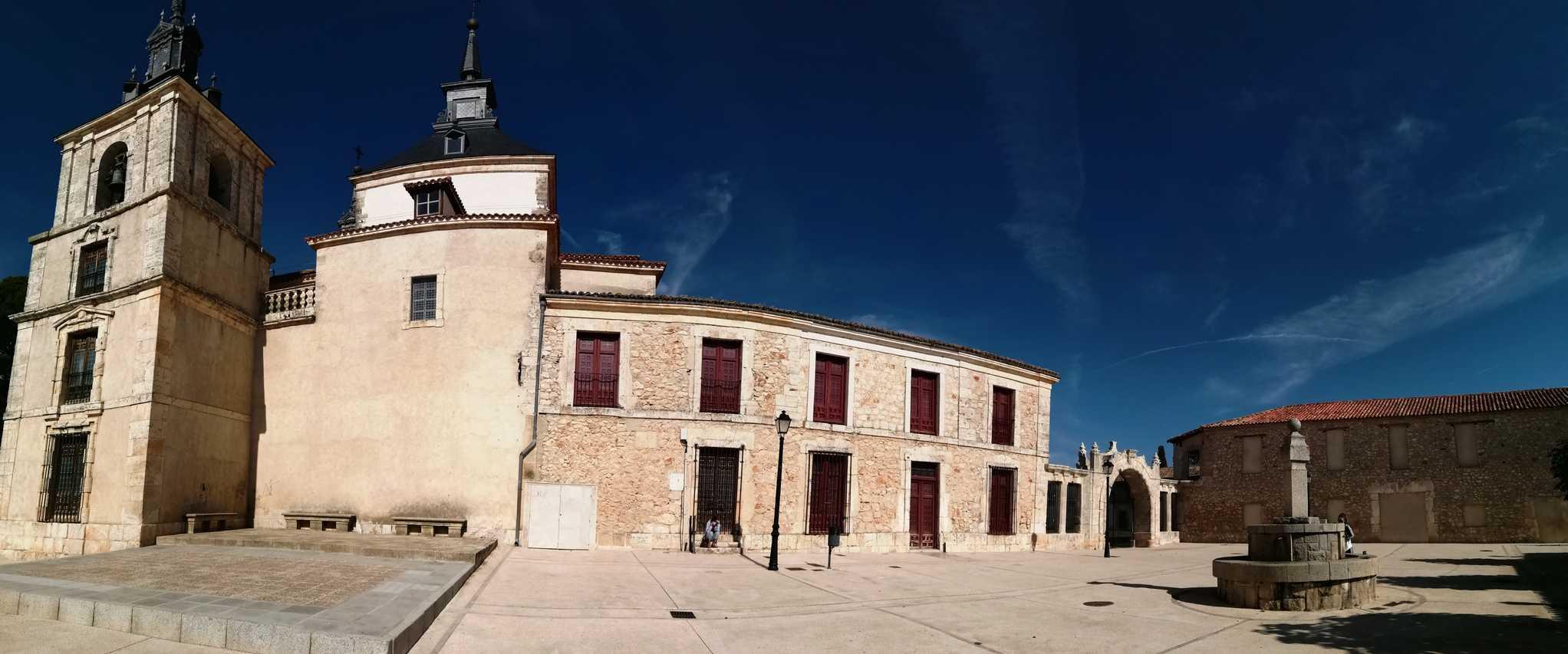 Desde la Plaza del Mercado tienes vistas de la iglesia y acceso directo a la Plaza de Fiestas.