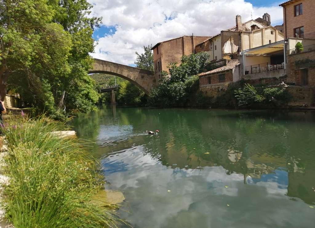 Me encantó pasear por las calles medievales de Estella junto al río Ega.