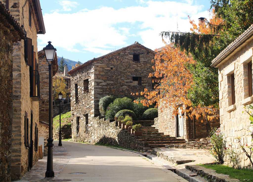 Tienes que ver en La Hiruela las casas de piedra en este idílico entorno natural.