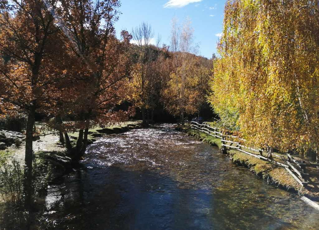 Otro plan que hacer en La Hiruela es acercarse al Área Recreativa a escuchar el sonido del agua en el río Jarama.
