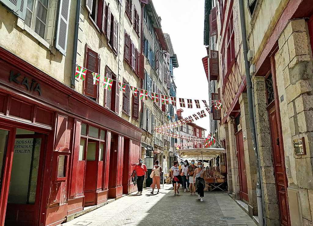 Rue des Basques, mi calle favorita que ver en Bayona en un día.