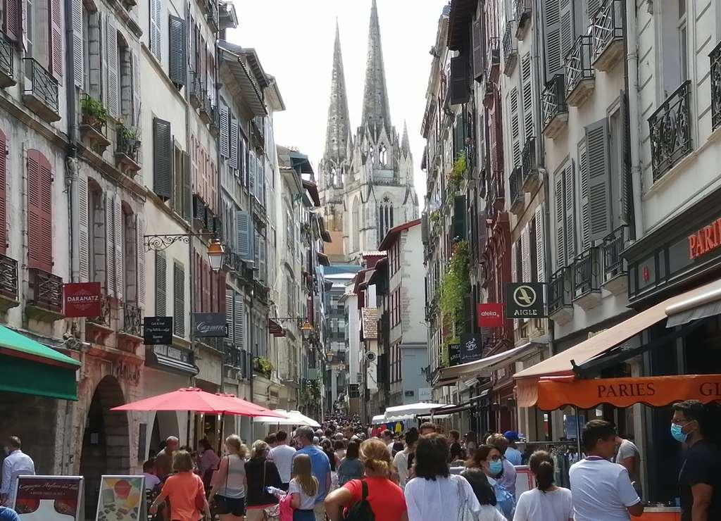 La rue Port Neuf con las dos torres de la Catedral de Santa María de fondo.