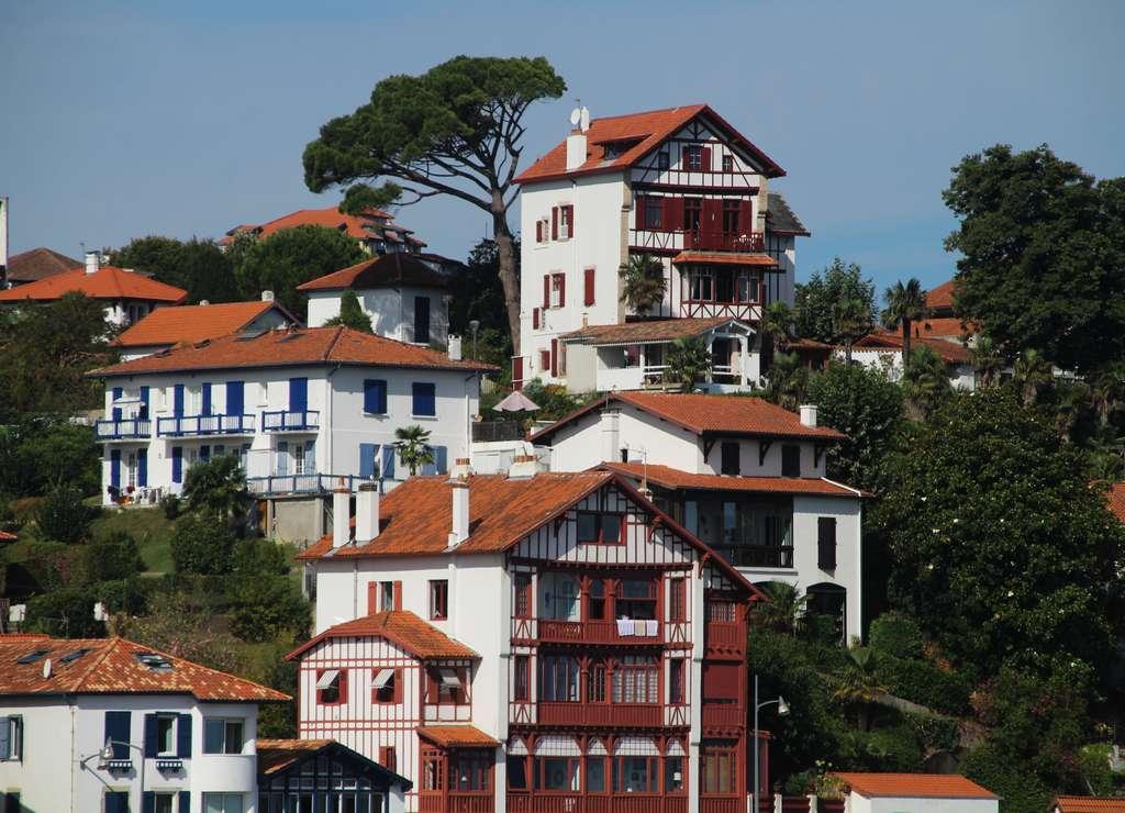 Casas típicas de San Juan de Luz con el entramado de madera de colores.