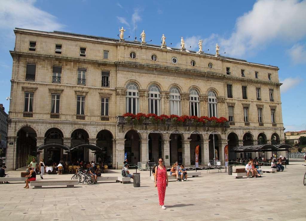 El edificio del Teatro de Bayona es una maravilla con las seis esculturas en su parte superior.