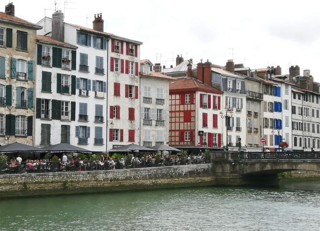 La imagen más icónica de Bayona es probablemente la de sus casas de colores junto al río Nive.