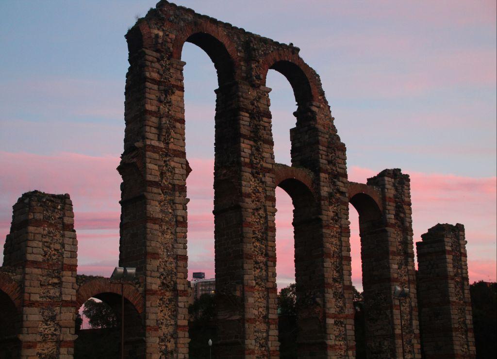 Un plan que hacer en Mérida es ver el atardecer en el Acueducto de los Milagros.