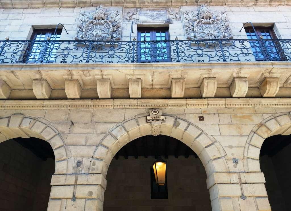 No te vayas sin fijarte en los dos escudos de la villa en el Ayuntamiento de Hondarribia.