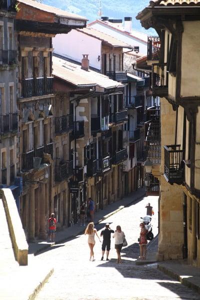 La arteria principal del casco antiguo es la Calle Mayor o Nagusi Kalea.