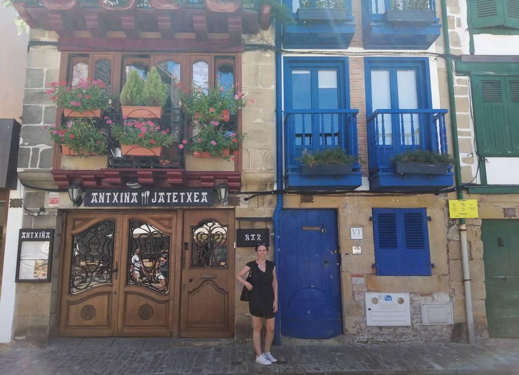 Las casas coloridas de la calle de San Nicolás siguen la arquitectura típica vasca.