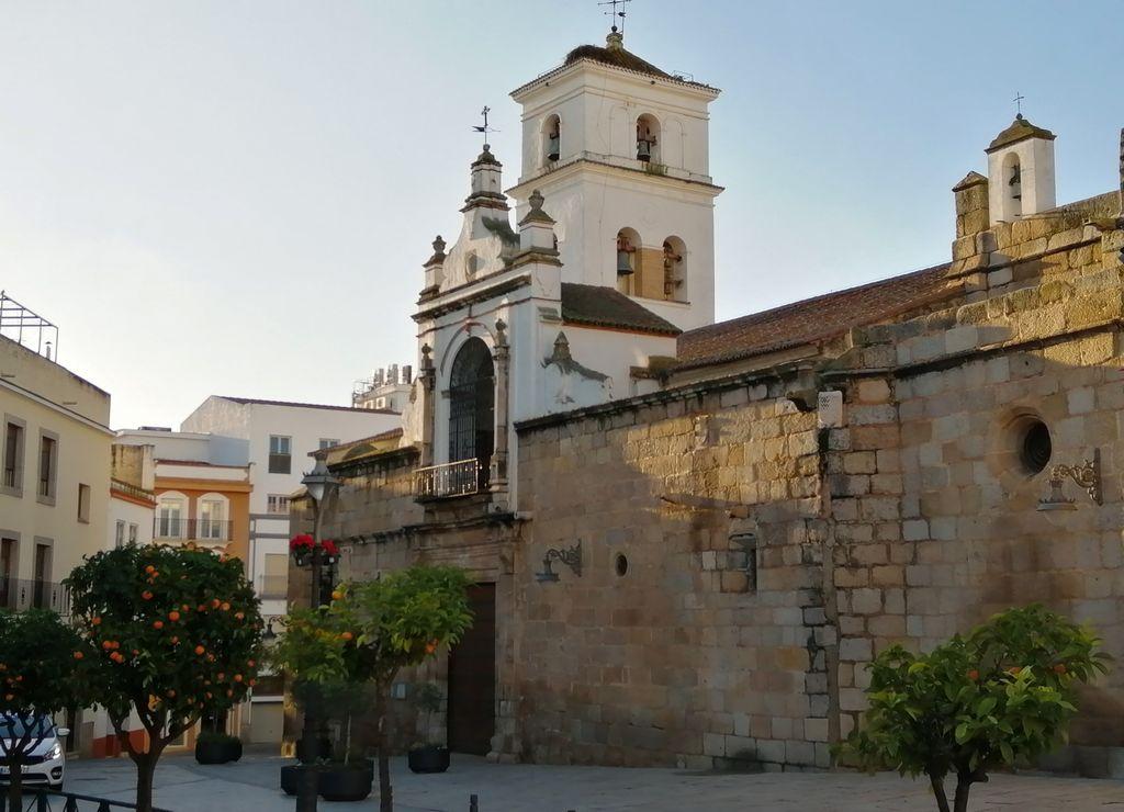 La Concatedral de Santa María La Mayor se encuentra en la Plaza de España, en pleno centro.