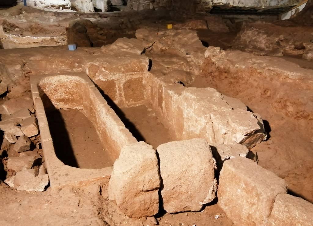 En la cripta funeraria puedes ver varias tumbas muy bien conservadas.