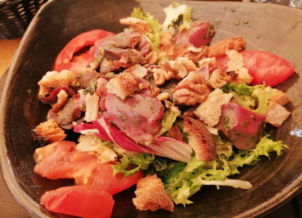 Ensalada de pato y nueces del restaurante Le Bistrot, Sarlat.