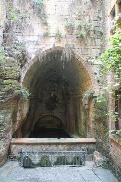 La fuente de Santa María es muy curiosa porque está dentro de una cueva natural.