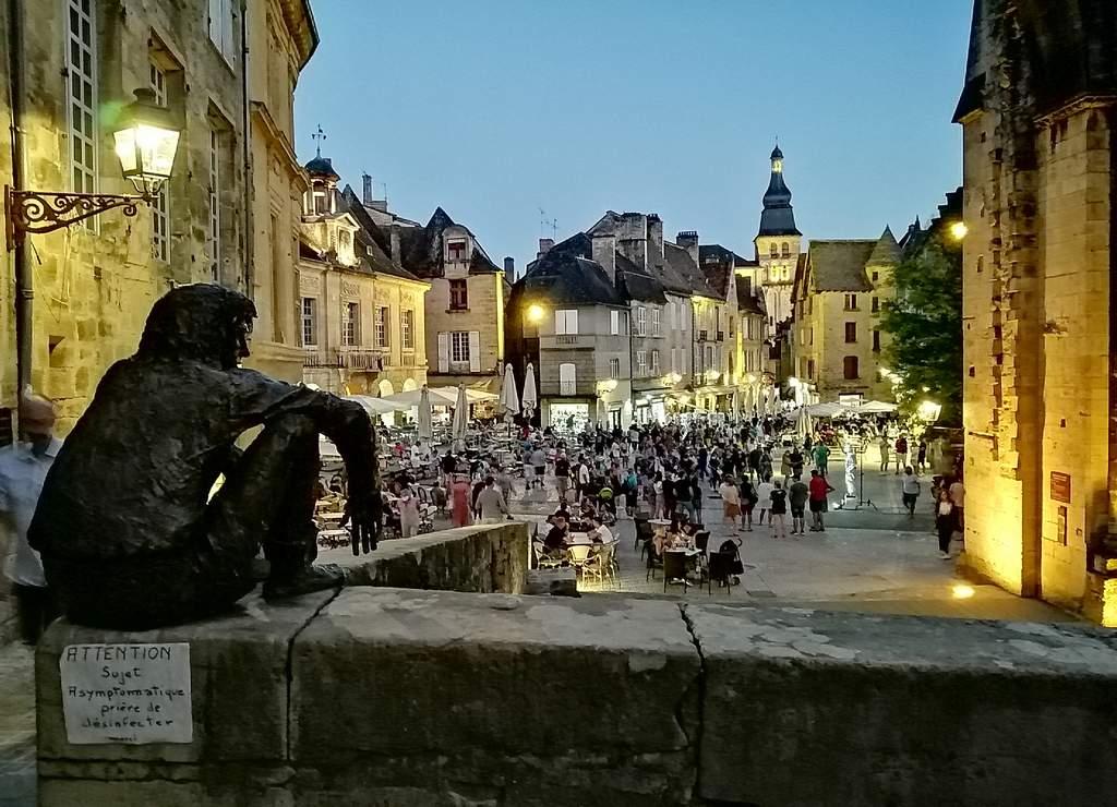 Qué ver en Sarlat: le Badaud y la iluminación nocturna de esta preciosa villa medieval.