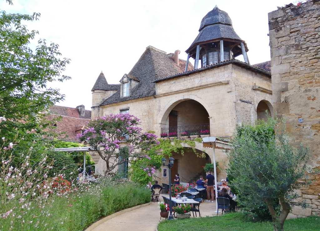 Si buscas uno de los mejores restaurantes gastronómicos en Sarlat, acércate a Le Présidial.