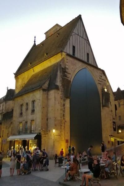 El mercado cubierto se encuentra dentro de la antigua Iglesia de Santa María.