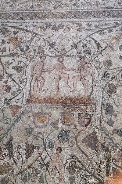 En el Mosaico del Otoño aparecen representados tres hombres pisando la uva.