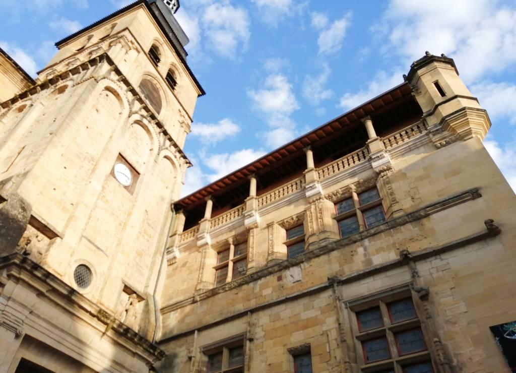 La sede de la Oficina de Turismo de Sarlat-la-Canéda se encuentra en el antiguo Palacio Episcopal.