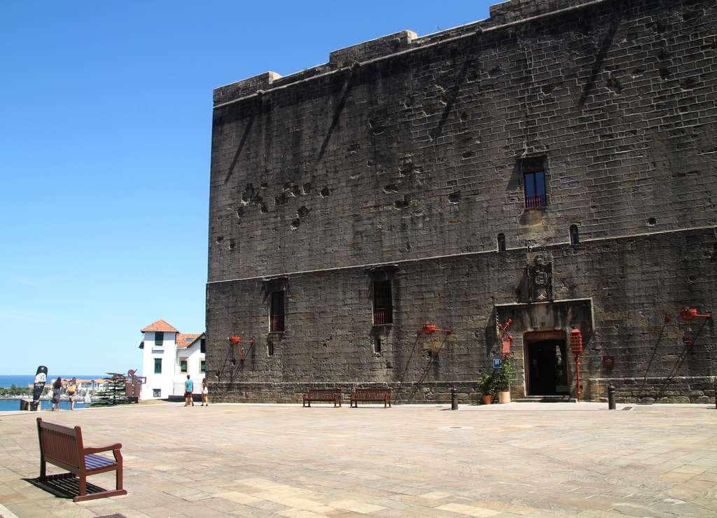 Qué ver en Hondarribia en un día: Plaza de Armas y Castillo de Carlos V.
