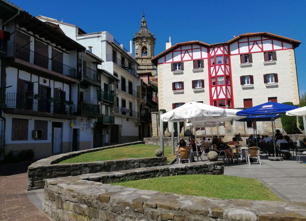 Qué ver en Hondarribia en un día: Plaza del Obispo o Apezpiku Plaza.
