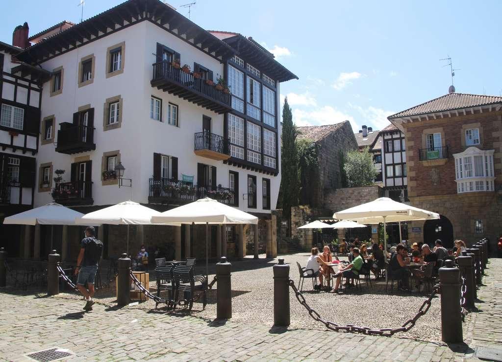 La Plaza de Guipúzcoa es una de las más bonitas que ver en Hondarribia en un día.