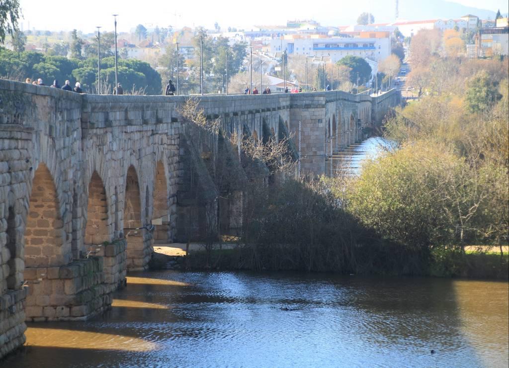 Pasear al atardecer por el puente romano junto al río Guadiana es una gozada.