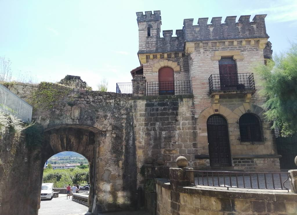 La Puerta de Santa María es una de las dos puertas de acceso al casco antiguo.