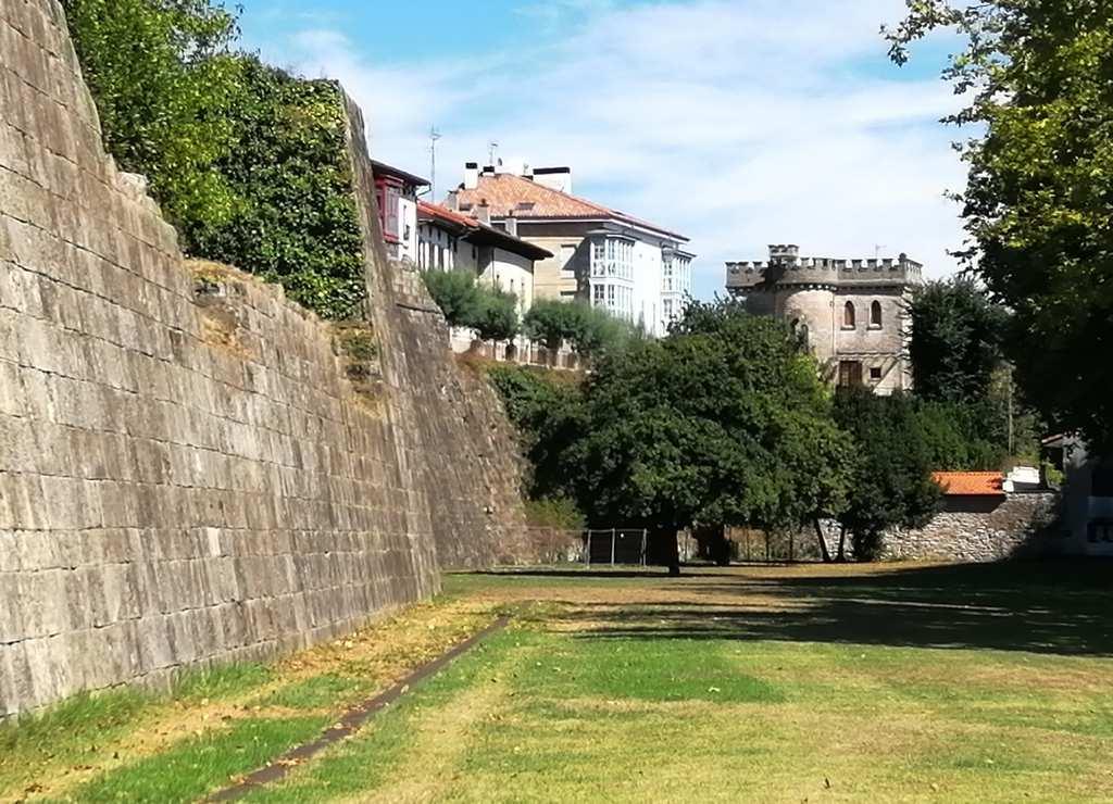 Caminar por el casco histórico amurallado de Hondarribia es uno de los mejores planes.