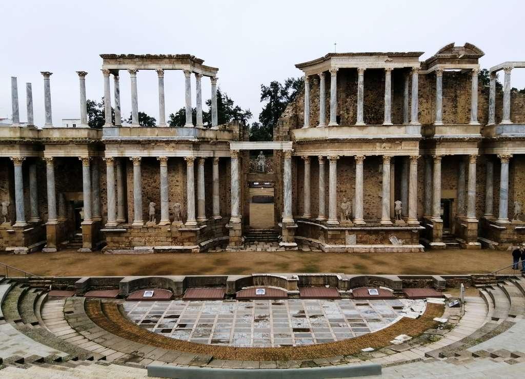 El Teatro romano de Mérida te traslada a las representaciones teatrales de la época romana.
