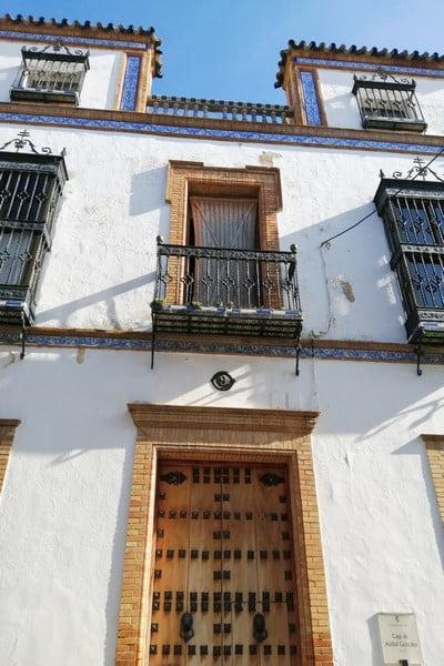 Las cenefas de azulejos blancos y azules de la Casa de Aníbal González me recordaron a Oporto.