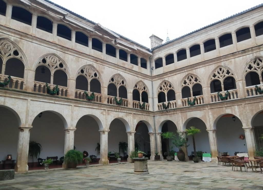 Desde la Hospedería del Real Monasterio de Guadalupe puedes acceder a este precioso claustro.