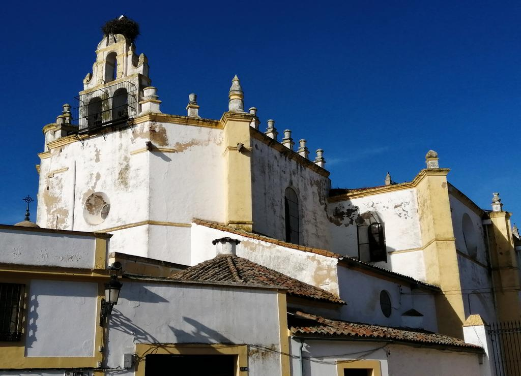 El Convento del Rosario está justo enfrente del Arco del Cubo, fuera del recinto amurallado.