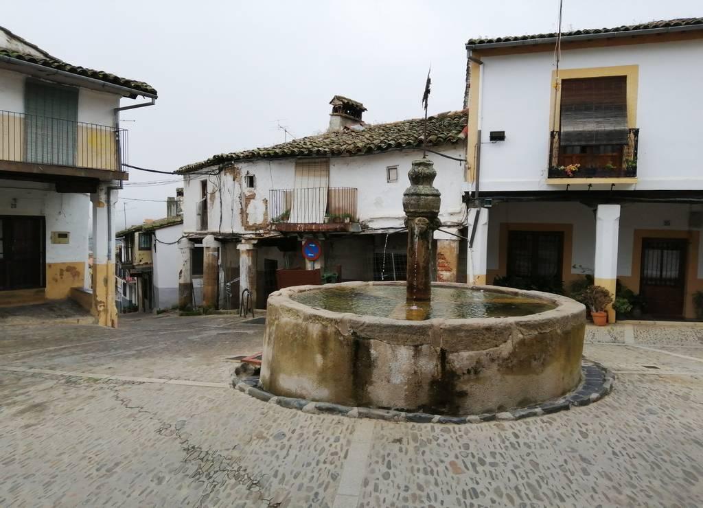 Qué ver en Guadalupe: plazuela de los Tres Chorros y su fuente del siglo XV.