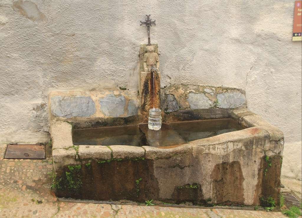 La Fuente del Ángel data del siglo XVI y sigue en funcionamiento.