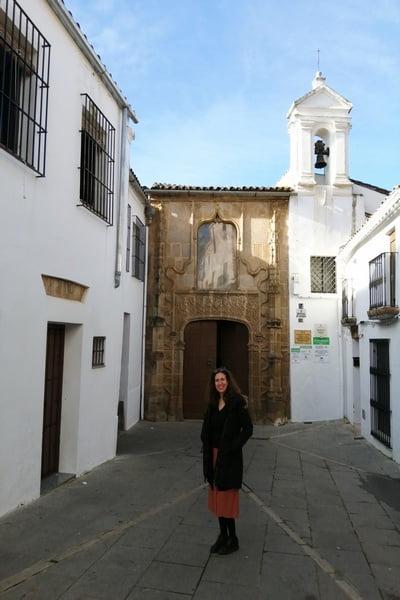 La portada de estilo gótico tardío del Hospital de Santiago es majestuosa.