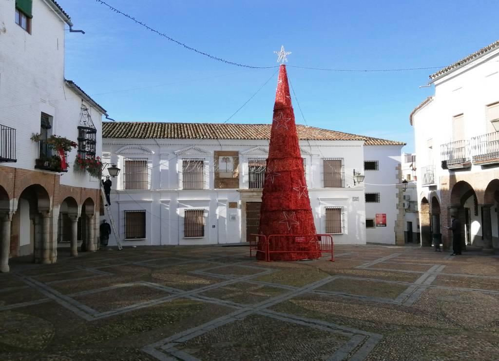 La Plaza Chica está comunicada con la Plaza Grande por el Arquillo del Pan.
