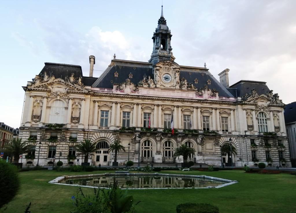 Qué ver en Tours: el imponente edificio del Ayuntamiento.
