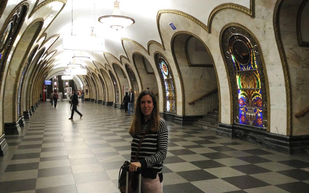Un plan que no debe faltar en tu escapada a Moscú es la visita de sus estaciones de metro ostentosas.