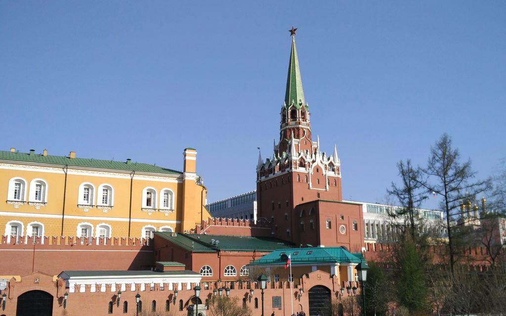 El Kremlin es un recinto amurallado con edificios gubernamentales, catedrales y jardines, entre otros.