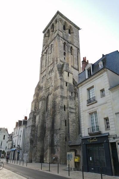 Desde la Plaza Châteauneuf se ve la Torre de Carlomagno, entre otros monumentos históricos.