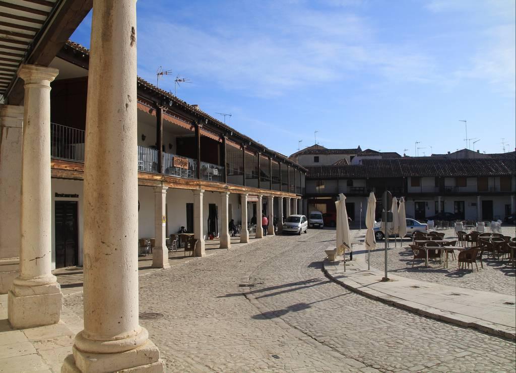 Vistas de la Plaza Mayor de Colmenar de Oreja a primera hora de la mañana.