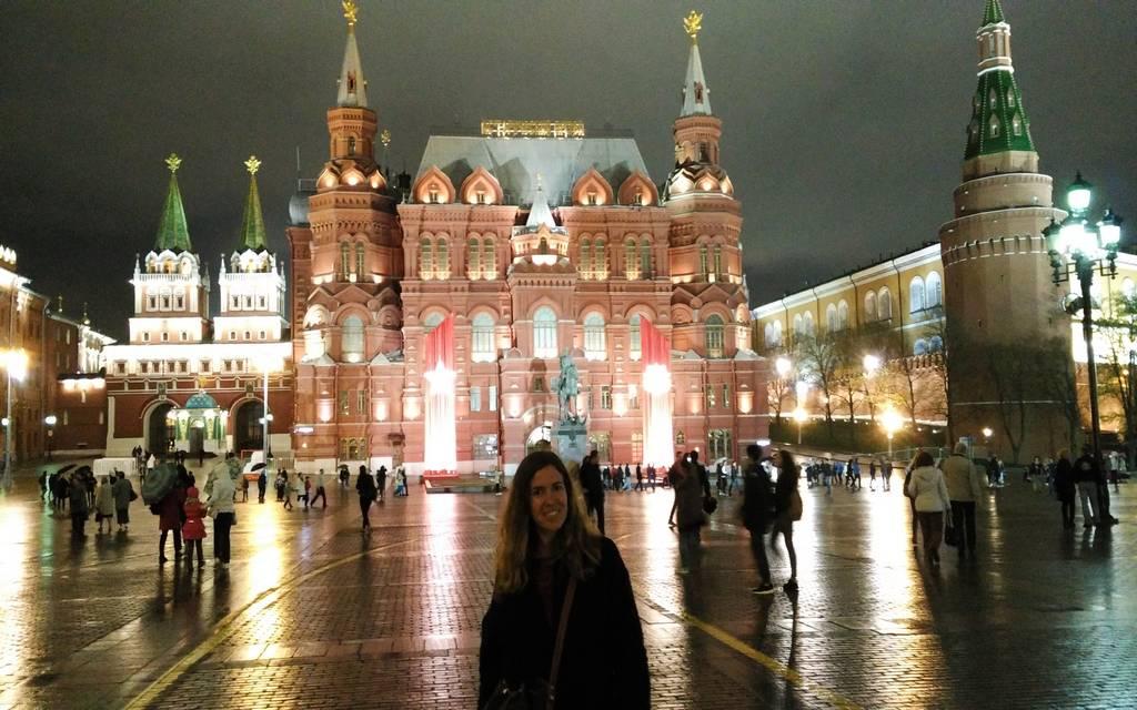 Un sitio que ver en Moscú en 3 días es la Plaza Roja iluminada.