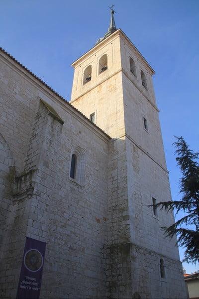 La torre de la Iglesia de Santa María la Mayor es obra de Juan de Herrera.